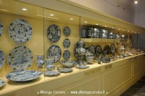 Savona Pinacoteca civica vetrina ceramiche