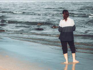 joven mujer en la playa
