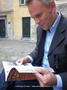 """Nella foto: Davide Milani sfoglia il libro """"C'era un ragazzo che come me"""", di Sandra Berriolo"""