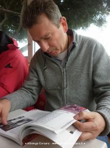 Pier Giorgio Giraldi sfoglia il libro C'era un ragazzo che come me