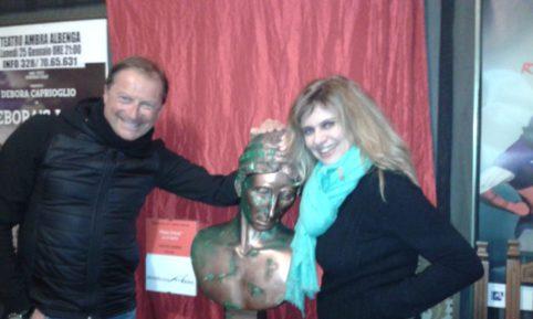 Debora Caprioglio e Mario Mesiano con la scultura di Flavio Furlani