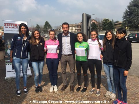 Paolo ROSSI CON LE ATLETE E LE MAGLIE DEL GIRO