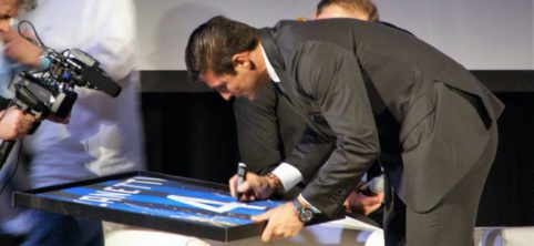 Zanetti autografa il quadro