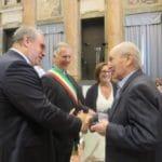 06 Pres Bruzzone saluta partigiano
