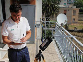 Tecnico Arpal con il misuratore a banda larga