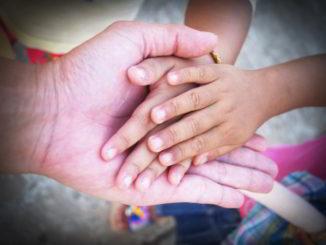 mani anziano e bambino