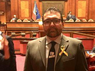 Senatore Ripamonti in aula con la cravatta Stop bolkestein