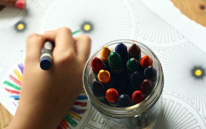 bambino disegna e colora