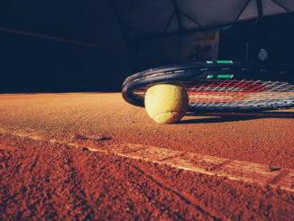tennis racchetta e campo