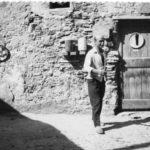 03 Lucio Fontana davanti al suo studio in Pozzo Garitta Albissola Marina anni 60. Courtesy Fondazione Lucio Fontana