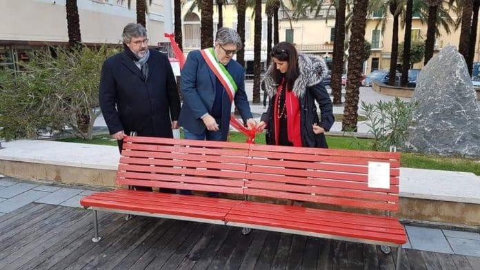 04 Panchina rossa contro violenza sulle donne Loano