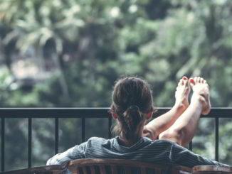 donna al balcone panorama natura