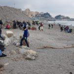 01 Volontari pulizia spiaggia Genova