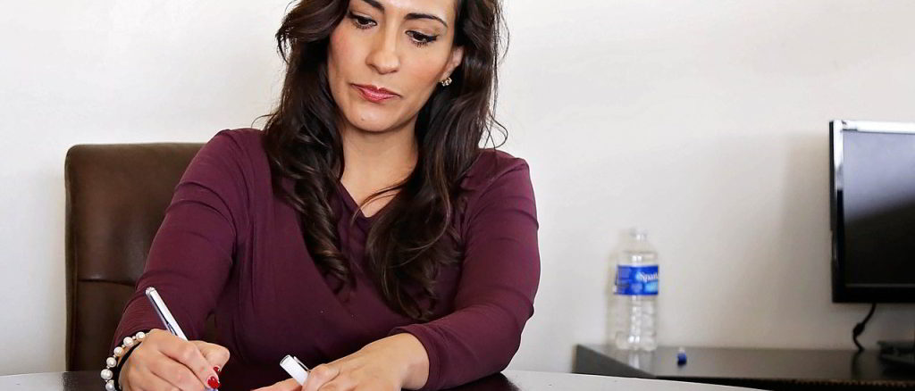 donna al tavolo di lavoro