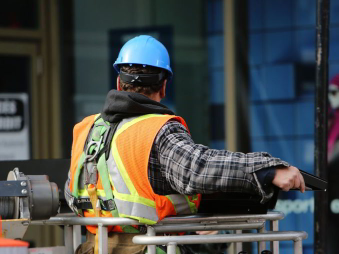 Un lavoratore edile in cantiere