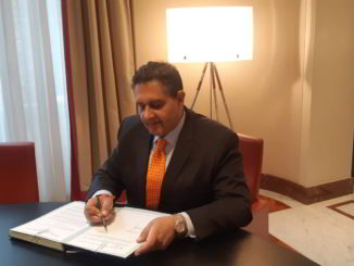 Giovanni Toti firma
