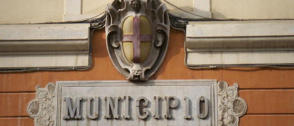 Stemma del municipio all'entrata del Palazzo comunale di Albenga