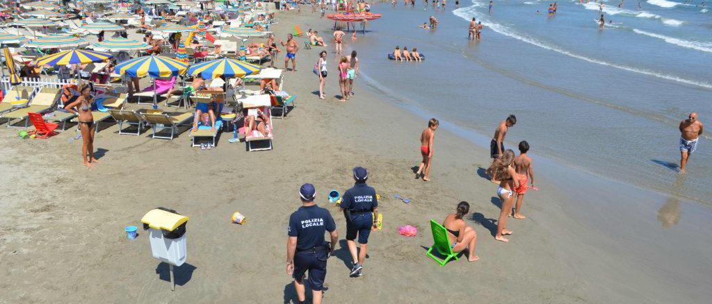 La Polizia locale in pattuglia sulla spiaggia di Andora