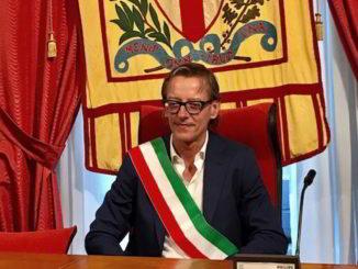 Il sindaco di Albenga Riccado Tomatis con la fascia tricolore