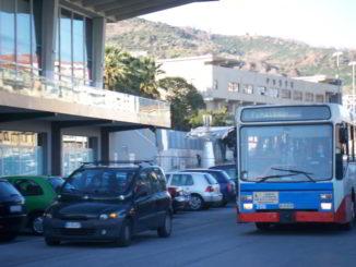 Un bus Tpl passa alla stazione di Savona