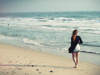 Mare, una giovane donna sulla spiaggia