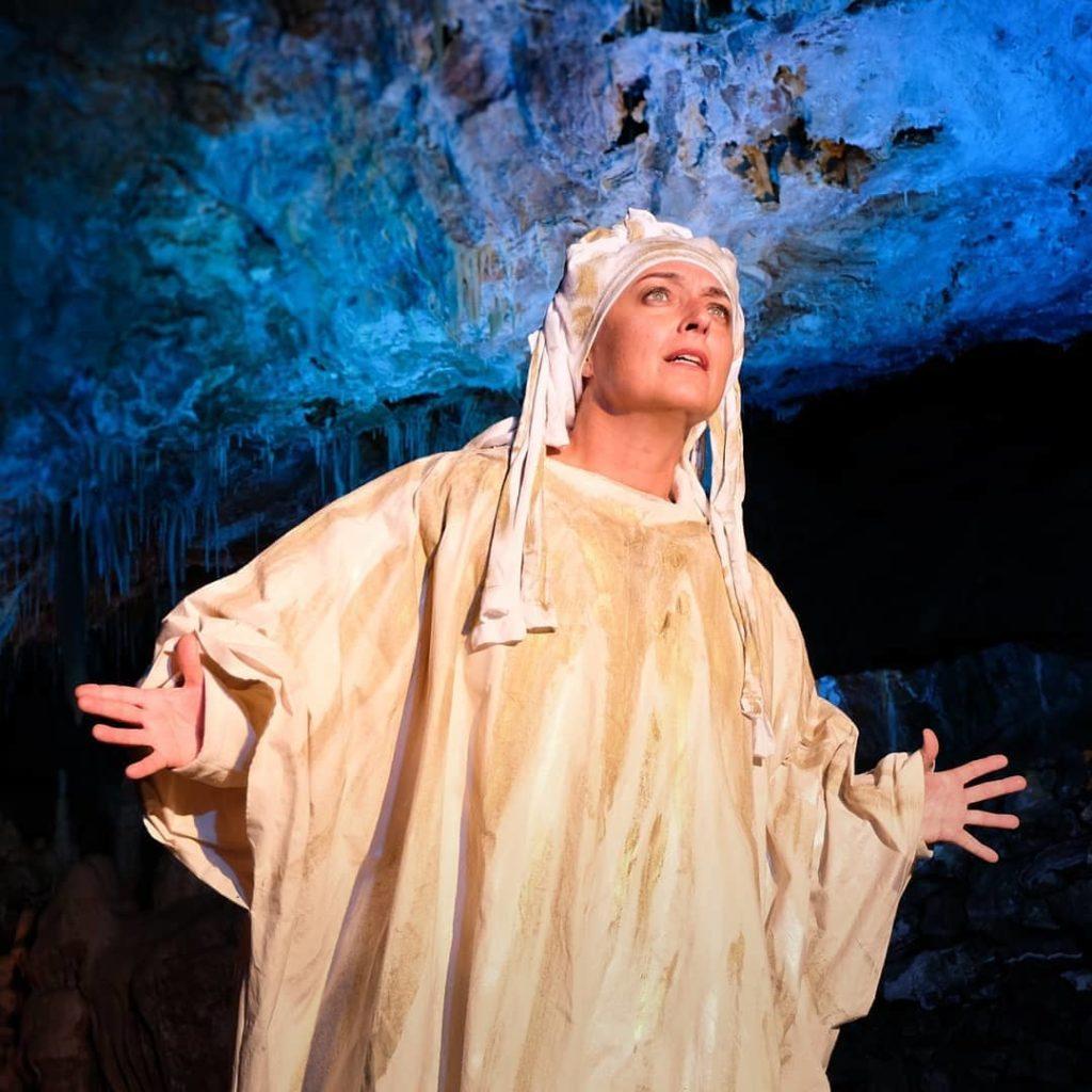 Miriam Mesturino nelle Grotte di Borgio Verezzi con lo spettacolo Paradiso