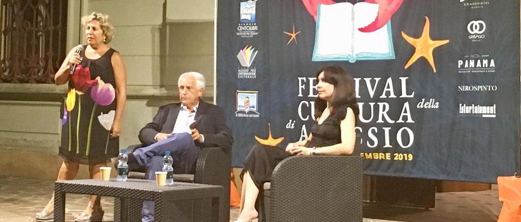 La scrittrice Nadia Terranova durante una presentazione ad Alassio