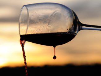 calice di vino rosso tramonto