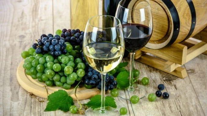calici di vino rosso e bianco