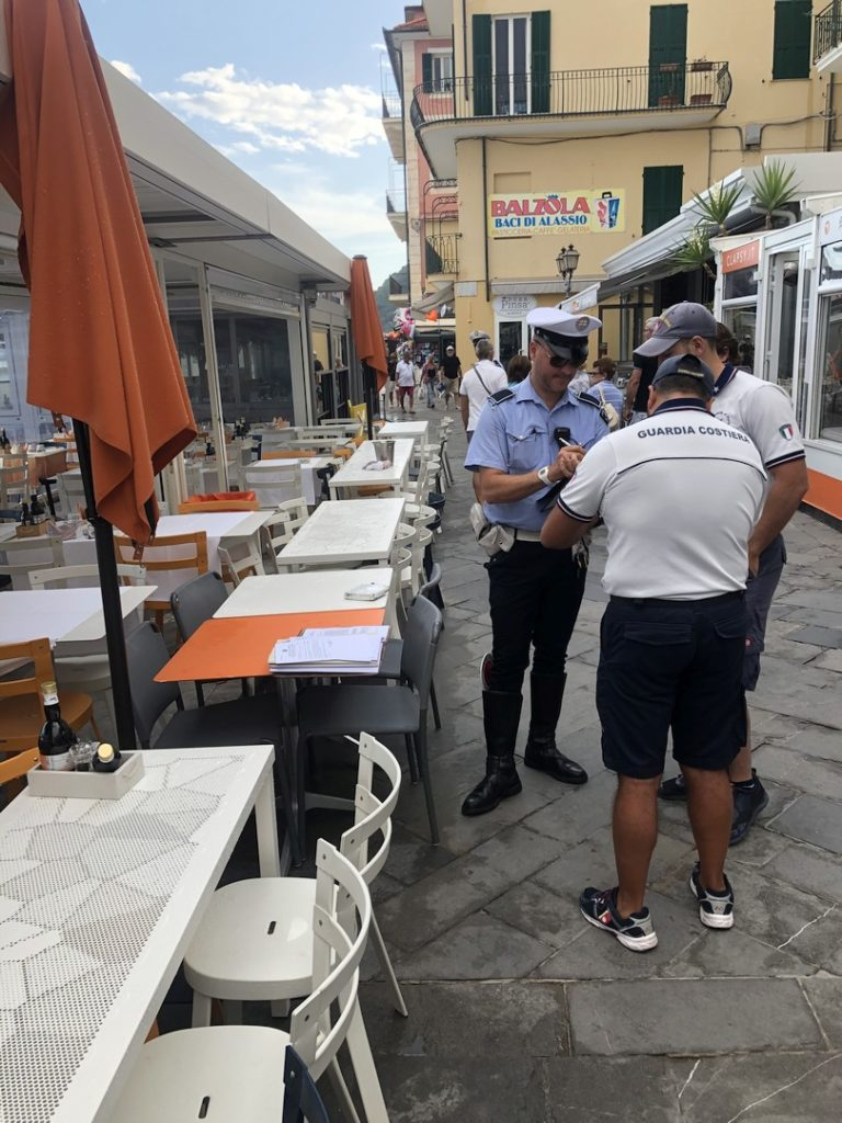 01 sequestro sedie e tavolini a locale di Alassio