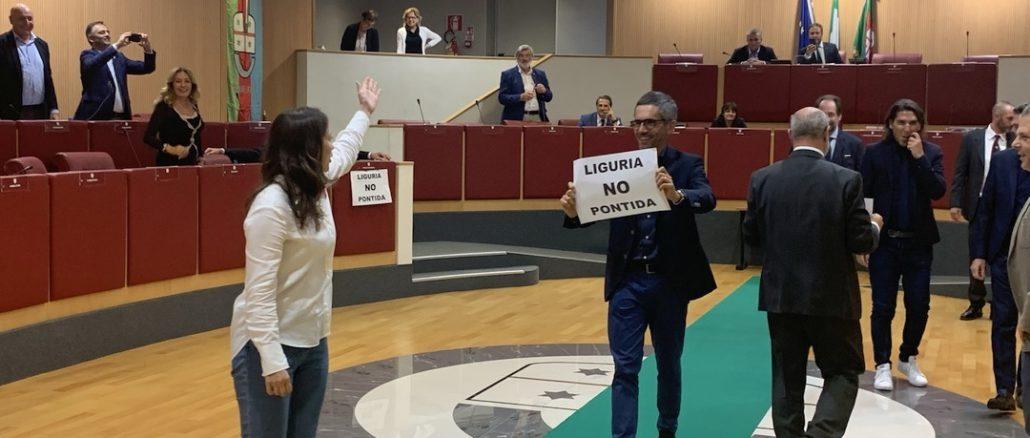 Protesta durante il Consiglio Regione Liguria
