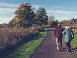 Anziani coppia in cammino