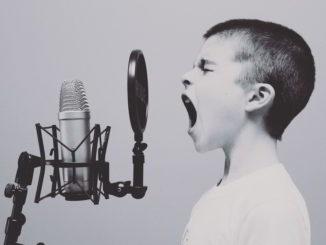 Bambino al microfono in studio
