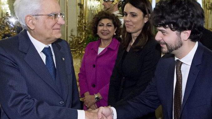 Brando Benifei stringe la mano a Sergio Mattarella