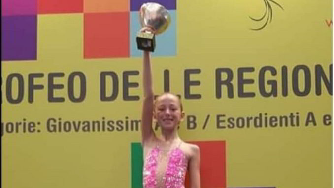 Carola Marengo alza la coppa al Trofeo delle Regioni