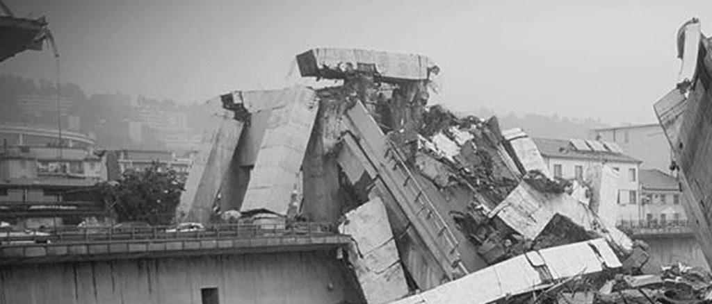 Il crollo di ponte Morandi in una foto scattata il 14 agosto 2018 a Genova