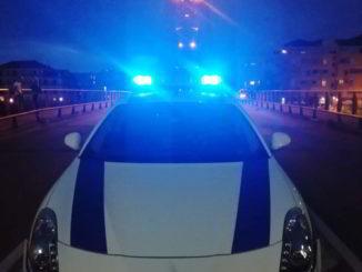 Auto della Polizia locale di Albenga durante un controllo notturno