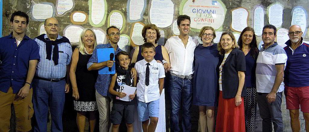 Posa piastrelle poetiche del concorso Giovani Senza Confini a Celle Ligure