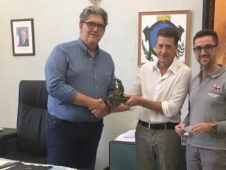Lo scultore Donato Donno consegna scultura al sindaco di Loano