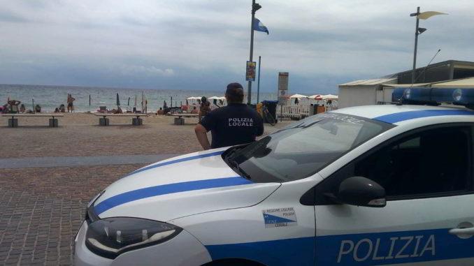 La Polizia locale controlla le spiagge di Ceriale