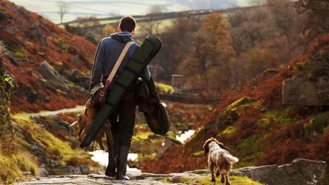 cacciatore con il suo cane