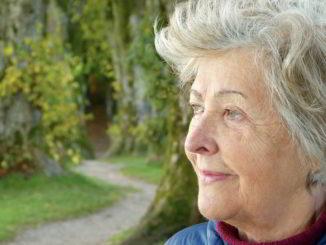 donna senior guarda orizzonte