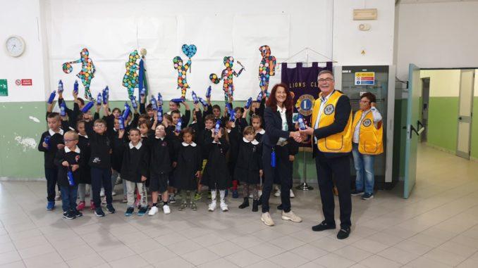 Il presidente Lions Club Loano Doria Giacomo Piccinini coinsegna le borracce plastic-free