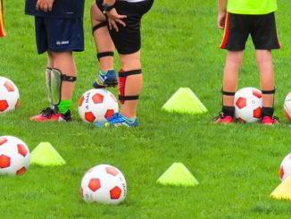 giovani in allenamento al campo di calcio
