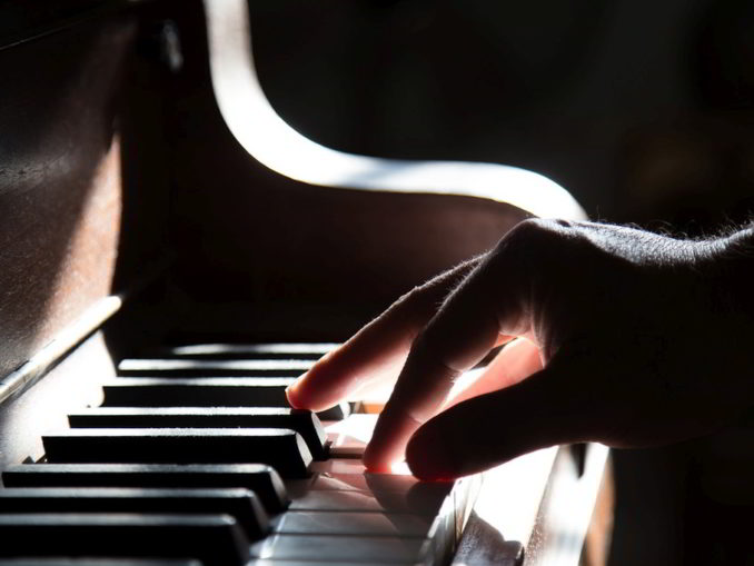 Mano sulla tastiera del pianoforte
