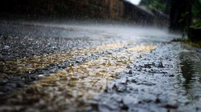 pioggia su asfalto