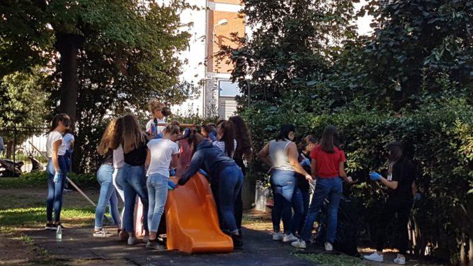 Ragazzi che partecipano ad Albenga a Puliamo il mondo