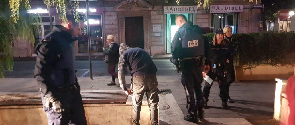 Polizia locale di Albenga in azione in Piazza del Popolo