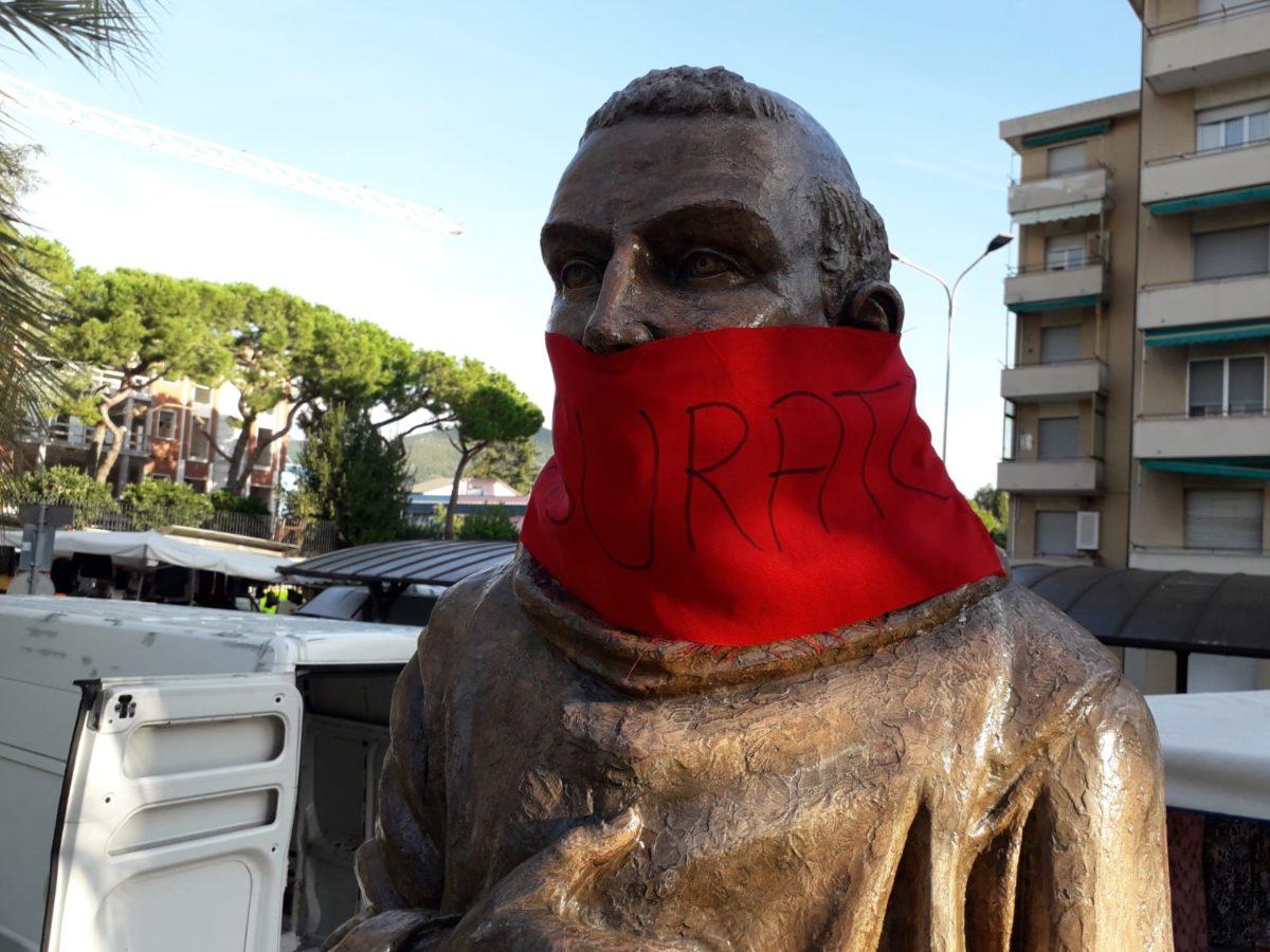 02 Statua di San Francesco imbavagliata a Loano