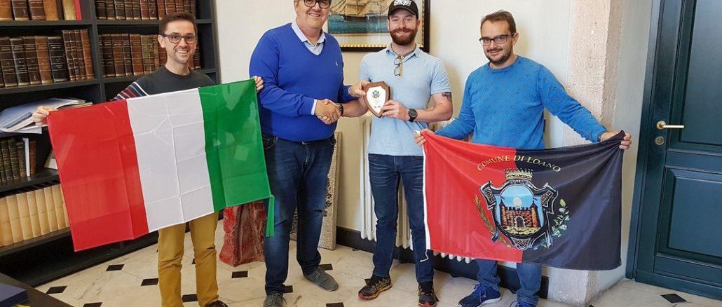 Andrea Cibrario con il sindaco di Loano Luigi Pignocca e l'assessore Luca Lettieri